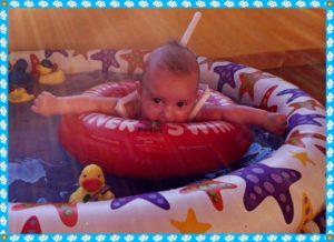 Baby mit Schwimmring